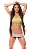 Belle femme sportive avec la longue pose de cheveux Fille de forme physique montrant le corps sportif musculaire, ABS D'isolement Images stock