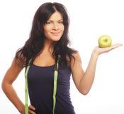 Belle femme sportive avec la pomme verte et la bande de mesure photo libre de droits