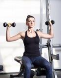 Belle femme sportive faisant l'exercice de forme physique de puissance au gymnase de sport image stock