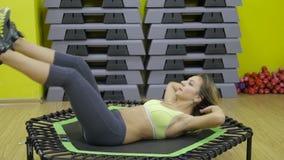 Belle femme sportive travaillant des intervalles d'ab dans la forme physique banque de vidéos