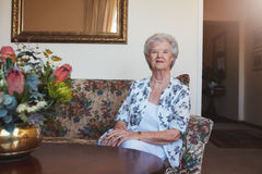 Belle femme supérieure à la maison de vieillesse Photo stock