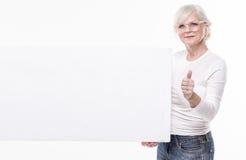 Belle femme supérieure avec le conseil blanc vide Photos stock