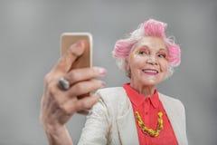 Belle femme supérieure avec le mobile Images libres de droits