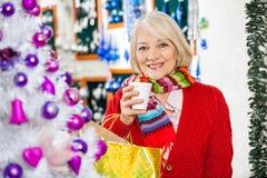 Belle femme supérieure dans le magasin de Noël Image libre de droits