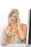 Belle femme supérieure de cheveux blonds travaillant au bureau avec le téléphone a Images libres de droits