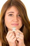 Belle femme superstitieuse tenant un dollar Photographie stock libre de droits