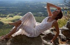 Belle femme sur la montagne avec la vue scénique Photo stock