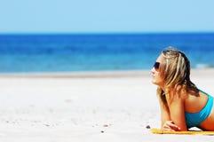 Belle femme sur la plage photos stock