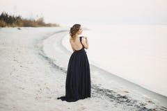 Belle femme sur le bord de la mer Photo stock