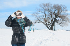 Belle femme sur le ciel bleu de l'hiver du Québec Photos libres de droits