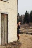 Belle femme sur le coin de la maison photos stock