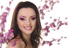 Belle femme sur le fond de Sakura Photographie stock libre de droits