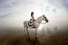 Belle femme sur un cheval Cavalier de horseback, cheval d'équitation de femme photos stock