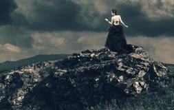 Belle femme sur une montagne Image libre de droits