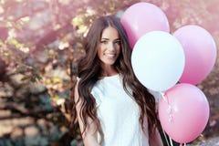 Belle femme tenant des ballons dehors photographie stock