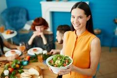 Belle femme tenant et tenant la salade dans la cuvette Photos stock