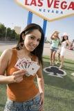 Belle femme tenant jouer des cartes Images stock