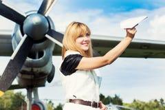 Belle femme tenant l'avion de papier Photos libres de droits