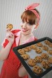 Belle femme tenant la casserole chaude de torréfaction avec des biscuits de chocolat images libres de droits