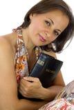 Belle femme tenant la Sainte Bible photo libre de droits