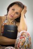 Belle femme tenant la Sainte Bible image libre de droits