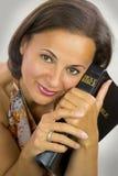 Belle femme tenant la Sainte Bible photographie stock