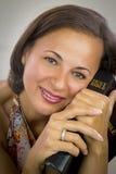 Belle femme tenant la Sainte Bible photos stock