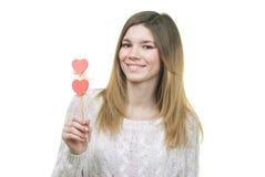 Belle femme tenant le sourire de coeurs Photographie stock libre de droits