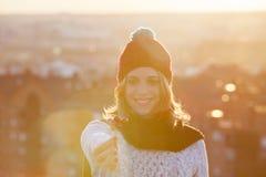 Belle femme tenant les baies rouges de Noël au coucher du soleil Photos stock