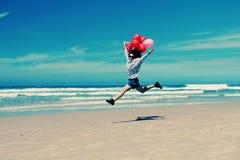Belle femme tenant les ballons rouges Images libres de droits