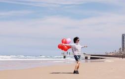 Belle femme tenant les ballons rouges Photos libres de droits