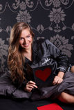 Belle femme tenant une carte d'amour Photos stock