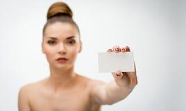 Belle femme tenant une carte vierge Photo libre de droits