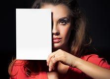 Belle dame tenant une feuille blanche vide Photos stock
