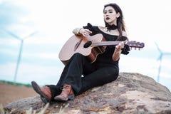Belle femme tenant une guitare images libres de droits