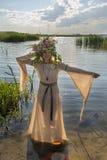 Belle femme triste avec la guirlande de fleur dans l'eau Photo stock