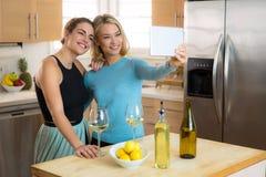 Belle femmine che prendono un selfie della foto dell'immagine a casa singolo e che cercano una data sul fine settimana Immagini Stock