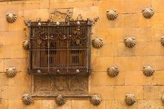 Belle fenêtre avec la forge de la Chambre des coquilles à Salamanque Image libre de droits