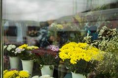 Belle fenêtre décorée de fleuriste, Russie photos libres de droits