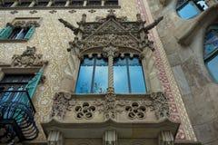 Belle fenêtre dans la maison Batllo Images stock