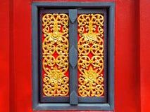 Belle fenêtre de découpage en bois d'or photo stock