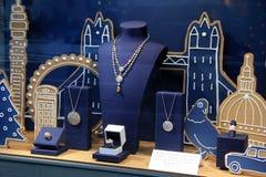 Belle fenêtre de devanture de magasin avec le thème de paysage urbain présentant les bijoux fins, DeBeers, NYC, 2015 Images libres de droits