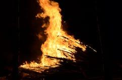 Belle fiamme alte brucianti calde dal falò Immagine Stock Libera da Diritti