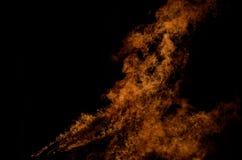 Belle fiamme alte brucianti calde dal falò sul fondo scuro di inverno Immagini Stock Libere da Diritti