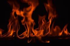 Belle fiamme del fuoco su fondo nero Fotografie Stock Libere da Diritti