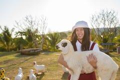 Belle fille à la ferme de moutons Photographie stock libre de droits