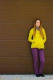 Belle fille à la mode dans la veste d'un mur Photographie stock libre de droits