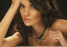 Belle fille à la mode de brune. Maquillage parfait. Maquillage. Portrait en gros plan images libres de droits