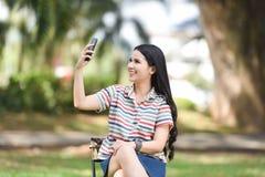 Belle fille à la mode prenant un selfie avec le smartphone Photos libres de droits
