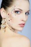 Belle fille à la mode sur le fond blanc avec le diamant Photo stock